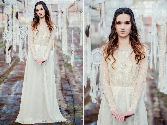 Romantyczna suknia ślubna z koronkowym rękawem.