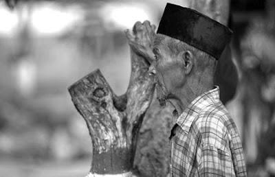 kakek 80 tahun ini malah menangis