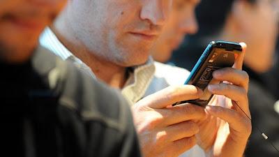 """El 3 de diciembre de 1992, el ingeniero británico Neil Papworth tenía 22 años y trabajaba en la compañía tecnológica Sema. Fue él la primera persona en enviar un SMS (o mensaje de texto) a un teléfono celular, aunque no a través de su dispositivo, sino por medio de una computadora. """"Feliz Navidad"""", decía el mensaje. La acogida de los mensajes de texto, que se convirtieron con el paso de los años en una de las formas de comunicación más común entre usuarios de teléfonos móviles, fue una sorpresa para Papworth, que en una entrevista con la cadena Sky, recordó"""