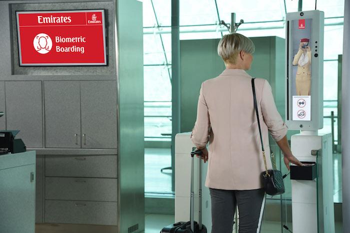 Emirates ścieżka biometryczną na lotnisku, Emirates, Linie lotnicze, biometria linie lotnicze, lotnisko badanie tęczówki, lotnisko czytniki biometryczne, lotnisko Dubai International,
