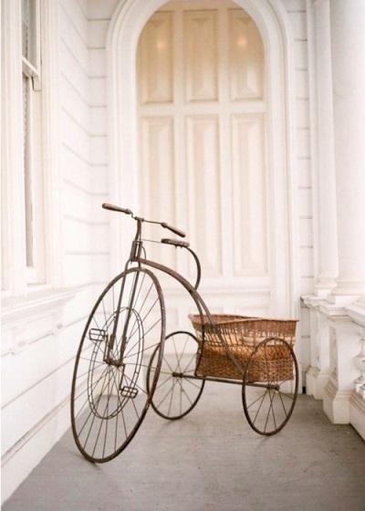 sepeda roda tiga klasik yang terawat dengan baik bisa menciptakan kesan rumah klasik nan elegan.
