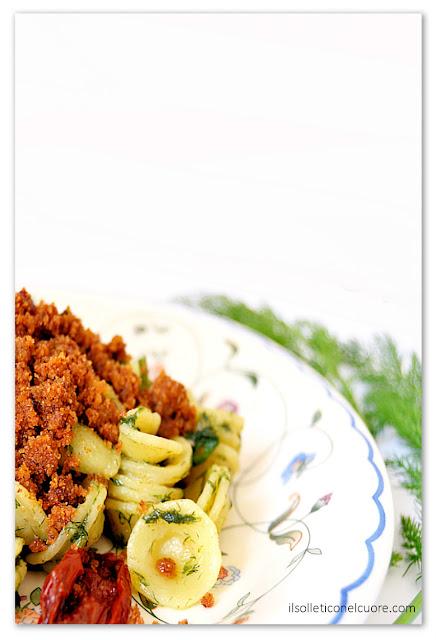 pasta-finocchio-selvatico-alici-mollica-e-pomodoro-secco