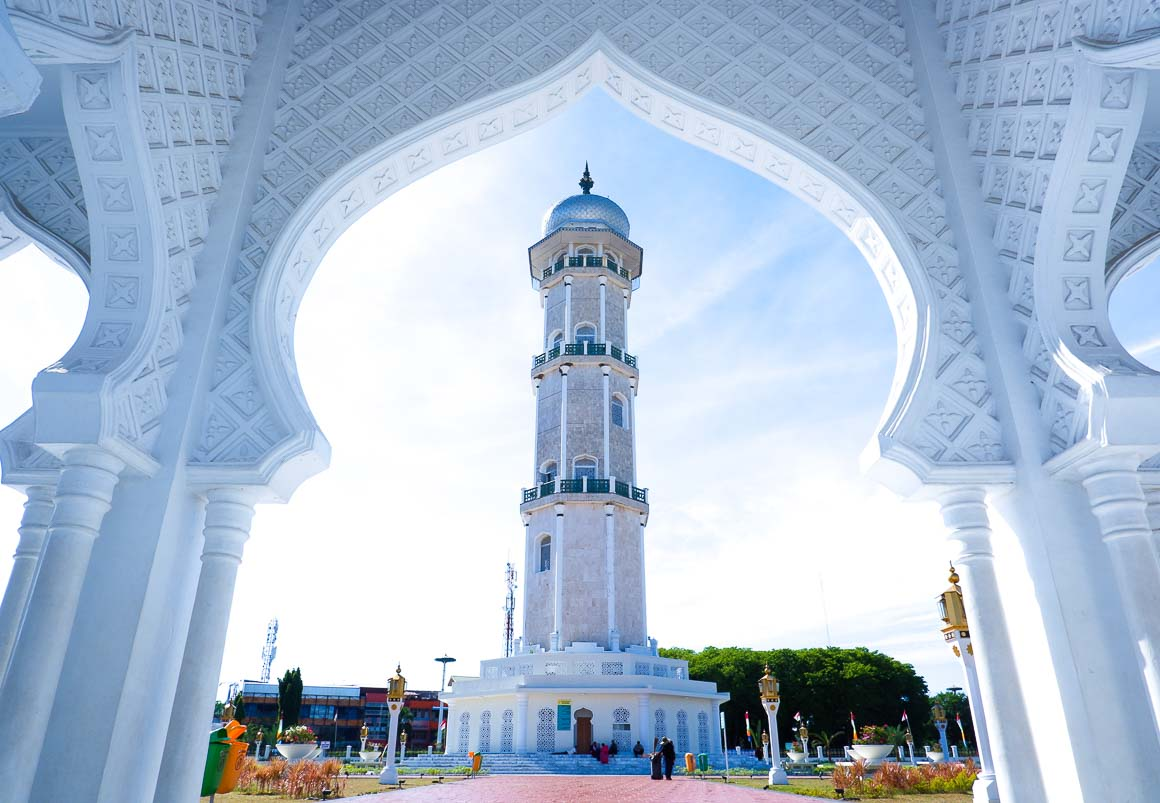 Selama menara Masjid Raya masih terlihat, kamu belum tersesat jauh.