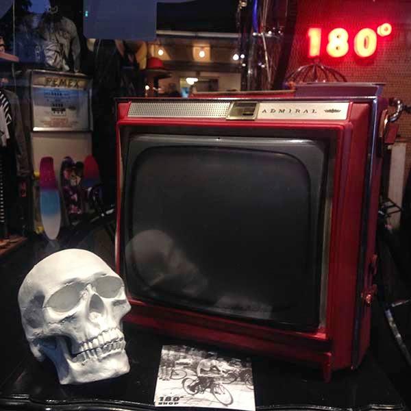 Atados por las cadenas invisibles  de la televisión, los clientes de los  restaurantes observan hipnotizados  las sombras que unos actores  proyectan en las pantallas.