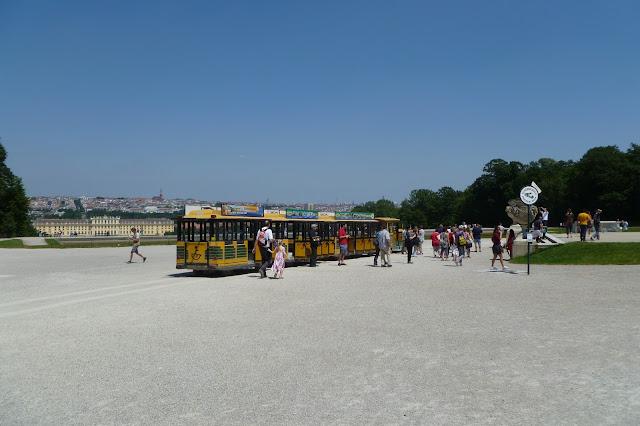 Kolejka turystyczna po ogrodzie Schonbrunn