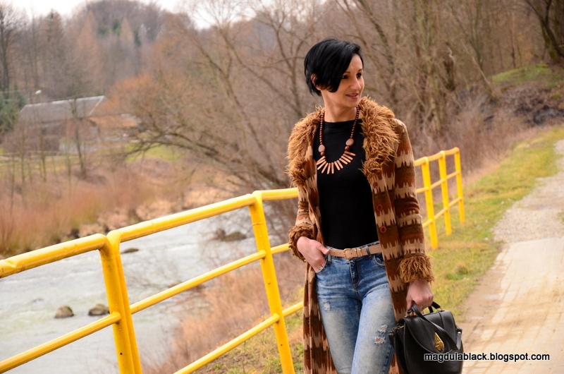 Styl etno. Długi kardigan z futerkiem z motywem indiańskim.