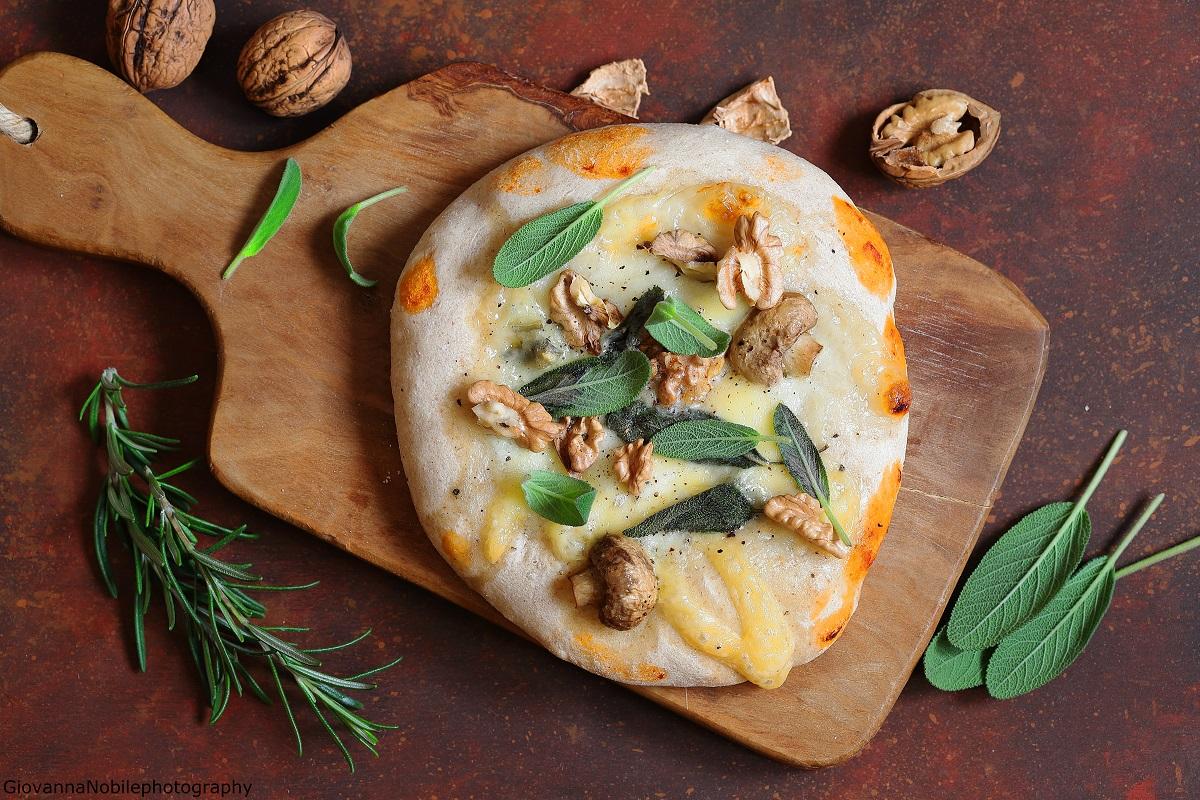 Pizzette con gorgonzola, scamorza e salvia