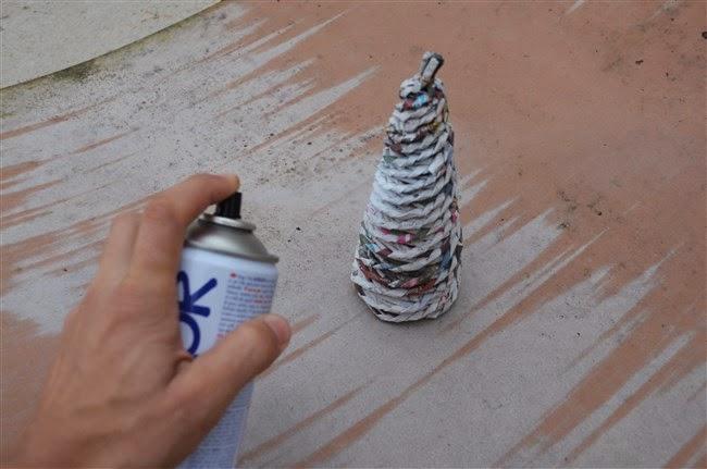 dccc61cb8 Stromček nastriekame farbou a necháme vyschnúť.
