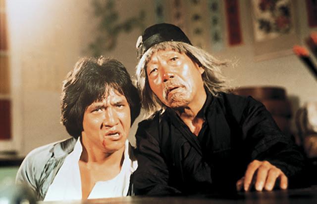 Cena do filme O Mestre Invencível (Drunken Master), com Jackie Chan e Yuen Siu-tien.