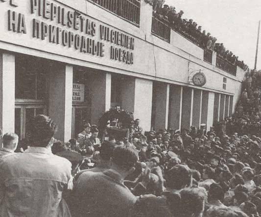 Март 1960 года. Рига. У входа на пригородные поезда Центрального ж/д вокзала. Торжественная встреча нового Чемпиона мира по шахматам - Михаила Таля.