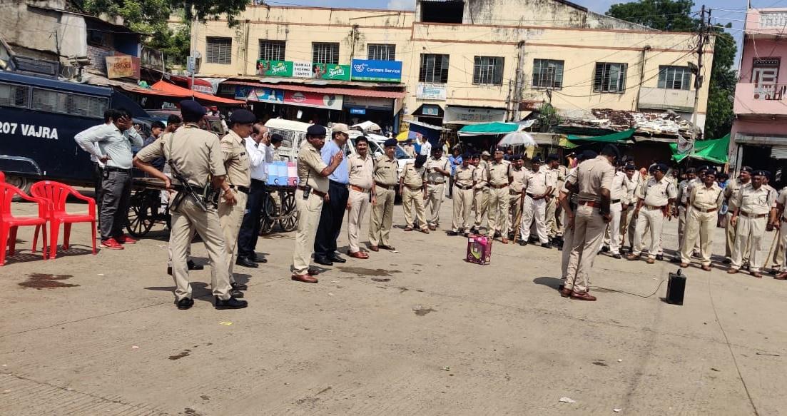 Jhabua News-कलेक्टर एवं एसपी के नेतृत्व में पुलिस बल ने झाबुआ में किया फ्लैग मार्च