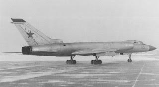 Un intercettore Tu-128 sulla pista.