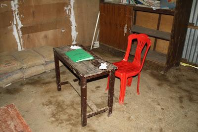 Meja dan kursi guru yang ala kadarnya