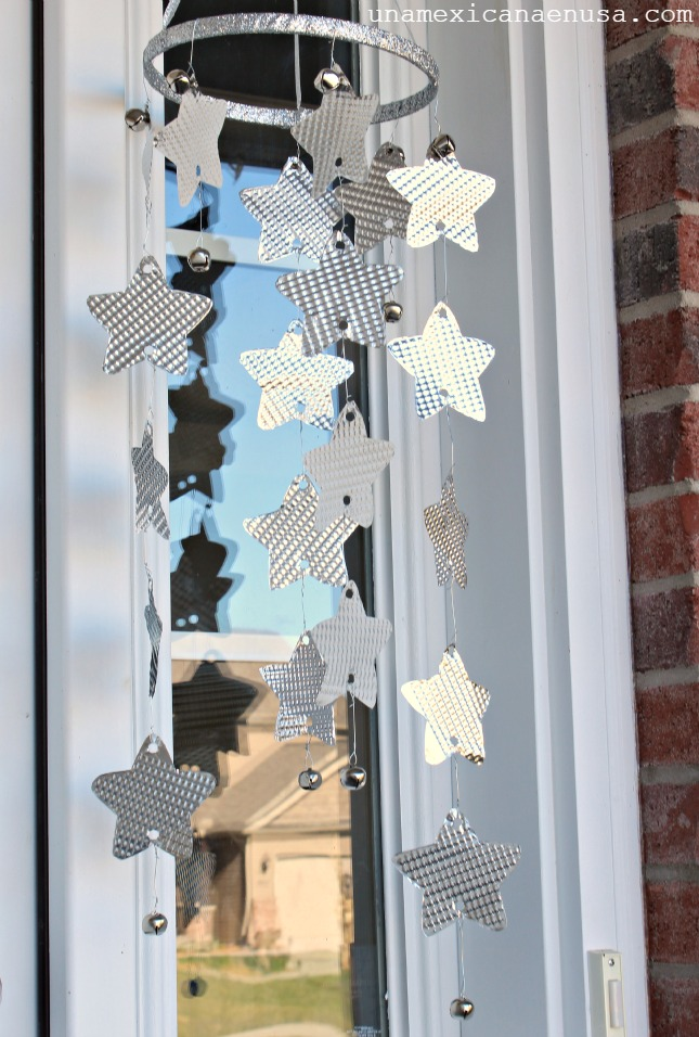 Silver stars mobile decorating your front porch for the Holidays by www.unamexicanaenusa.com
