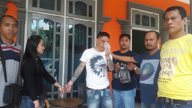 Afin Lehu bersama istrinya saat ditangkap di salah satu kamar hotel Kurnia di Madina.