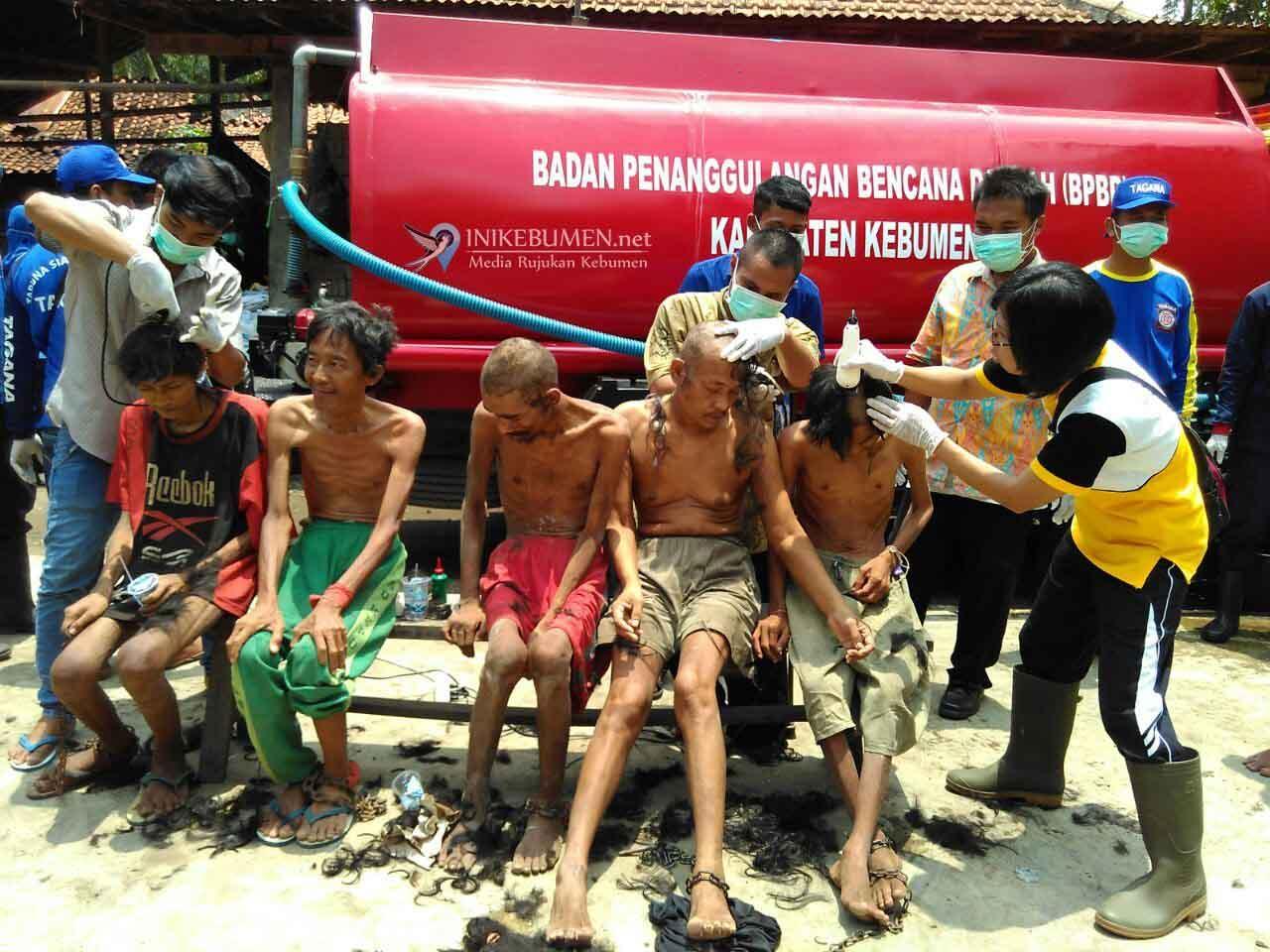 Di Mirit, Ada 80 Penderita Gangguan Jiwa Dimandikan Berjamaah