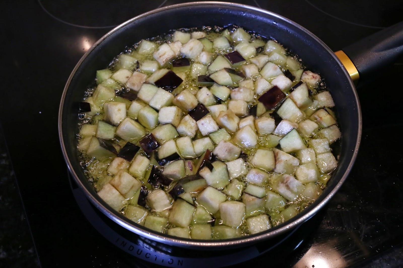 Preparación de revuelto de berenjenas y queso
