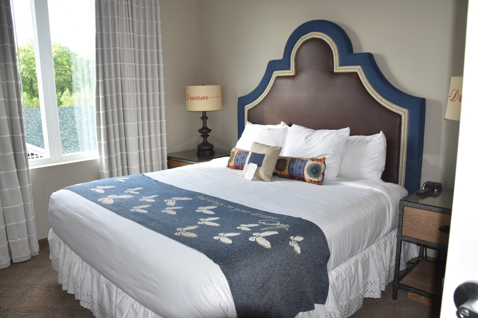 Dollywood's DreamMore Resort and Spa Queen Bed