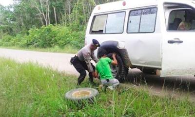 Lihat Mobil Warga Alami Pecah Ban, Kapolsek Bongan Kutai Barat Pinjamkan Ban Mobil Patroli dan Bantu Memasangnya