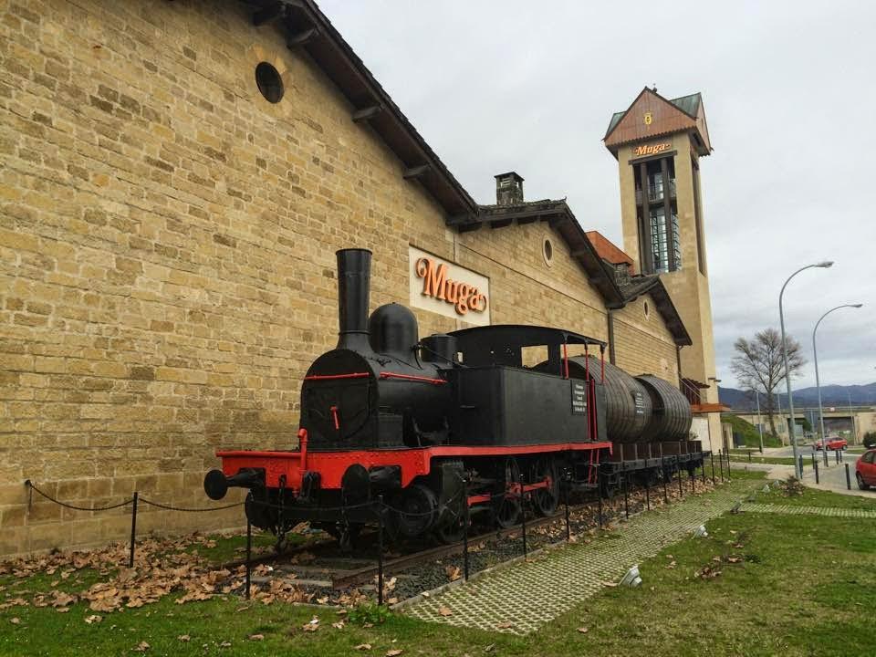 Foto de Bodegas Muga. Antigua locomotora con Fodres de vino. Haro | caravaneros.com