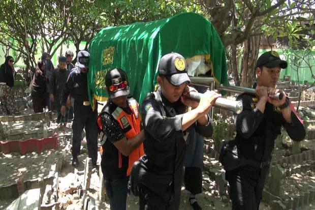 Isak Tangis Iringi Pemakaman Penyelam Basarnas Syachrul Anto