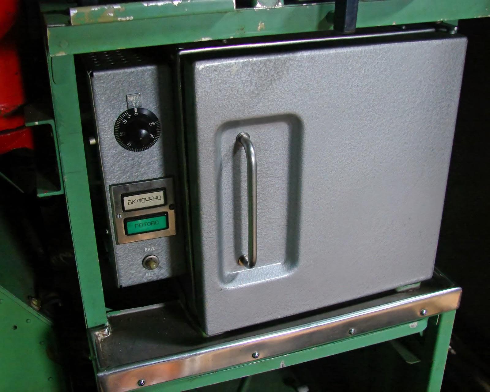 Кабина Ту-95: советский аналог микроволновки (шкафчик с электроподогревом)
