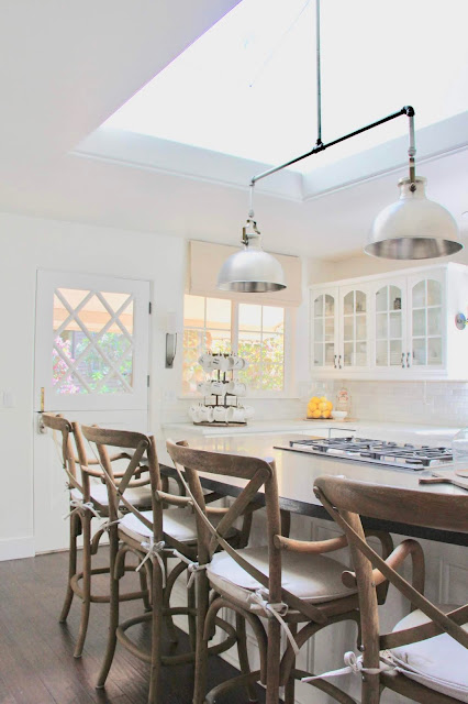 Cozy cottage style with black and white in a lake house byy Sweet Savannah. Modern farmhouse meets coastal cottage style! #kitchendesign #cottagestyle #modernfarmhouse #interiordesign #rusticdecor #coastalcottage