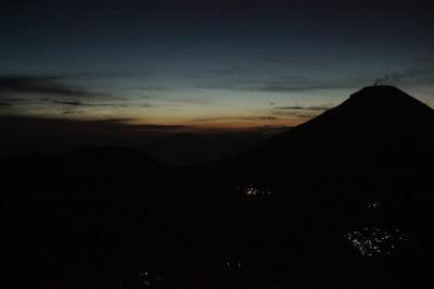 bukit sikunir, telaga cebong, puncak sikunir,golden sunrise, matahari terbit, puncak sikunir, sikunir dieng,sikunir telaga cebong, mendaki sikunir,melihat matahari terbit di sikunir,Pos 1 Sikunir,subuh di sikunir,gunung merapi, gunung merbabu, gunung sindoro