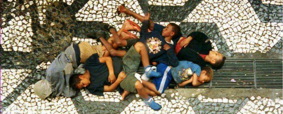 meninos no bueiro do metrô