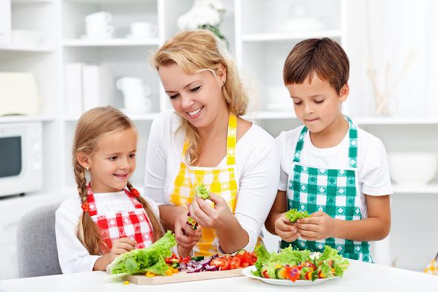 Чем занять ребенка на кухне? Полезные советы для родителей.