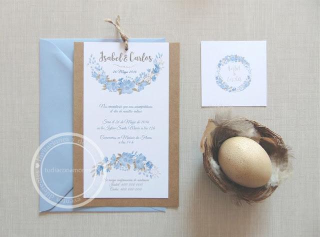 Bonita invitación de boda en azul con flores y papel reciclado kraft