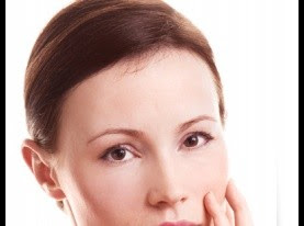البشرة في الأربعين من العمر تحتاج لمكونات تمحو التجاعيد وتحفّز على تجديد الخلايا لتبقى  مشدودة ونضرة.