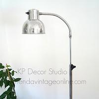 Tienda de lámparas vintage con pie metálico estilo industrial y muelle metálico