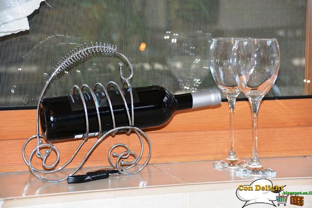 יין וכוסות Wine and glasses