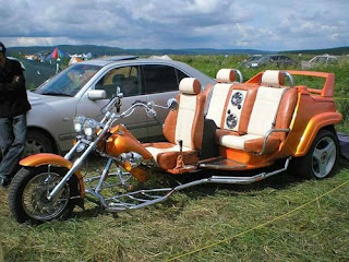 motocicleta con tres ruedas y 3 asientos