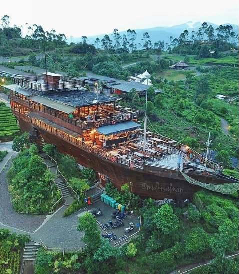 Situ Patenggang Kapal Pinisi Resto