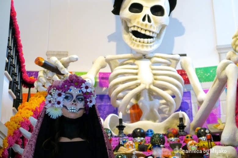 マドリードで見たメキシコ流の死者を祝う祭壇と美しい骸骨姿の女性