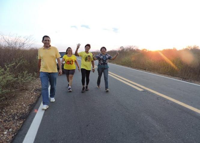 Eleitora paga promessa para eleger prefeito e caminha 32 km