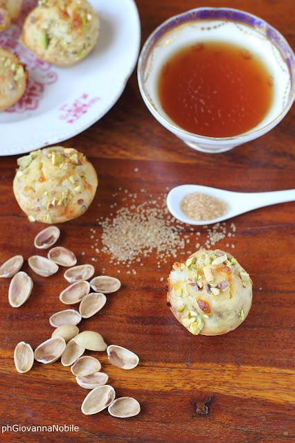 Mini muffin con crescenza di capra e pistacchi