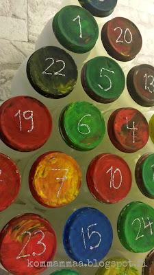 joulu joulukalenteri pilttipurkki diy askartelu kierrätys kuumaliima sormivärit spraymaali