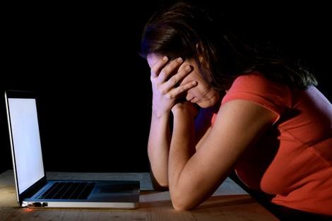 """التحرش عبر """"التواصل الاجتماعي"""" .. عشق وهمي وابتزاز جنسي"""