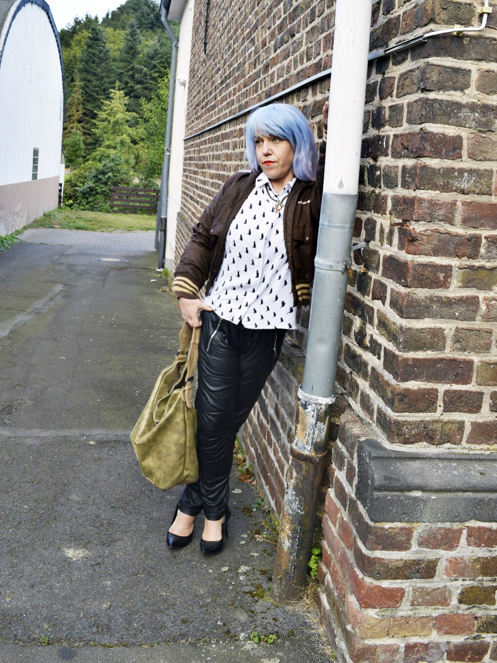 Autumn Streetstyle with Blouse & Retro adidas Blouson - Outfit photo shoot for the complete Weeken