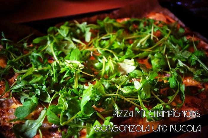 Pizza mit Champignons, Gorgonzola und Rucola