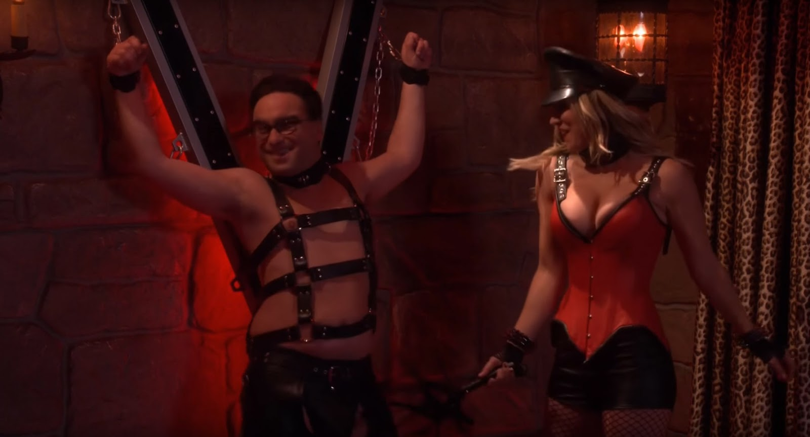 The Big Bang Theory Penny azotando a Leonard como dominatrix
