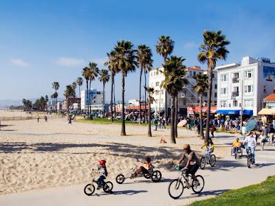 Sau những giờ học căng thẳng bạn có thể đạp xe ra bãi biển