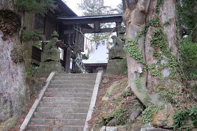 長野県生坂村下生野の五社宮 鳥居と狛犬