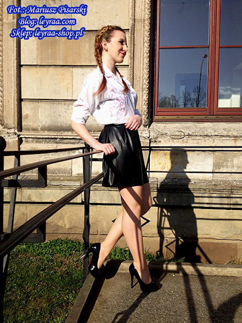 8.04.18 Koszula oversize hafty, czarna skórzana spódnica, naszyjnik celebrytka, czółenka czarne platformy, warkocze odwrotne