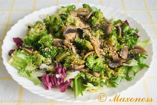 Брокколи с грибами и имбирём на подушке из листьев салата