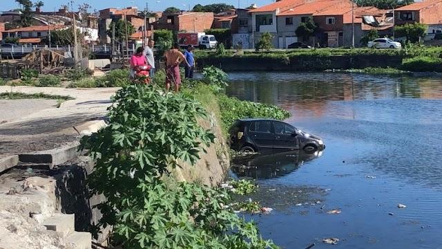 Amigo oferece ajuda para fazer manobra e derruba carro em canal em Fortaleza