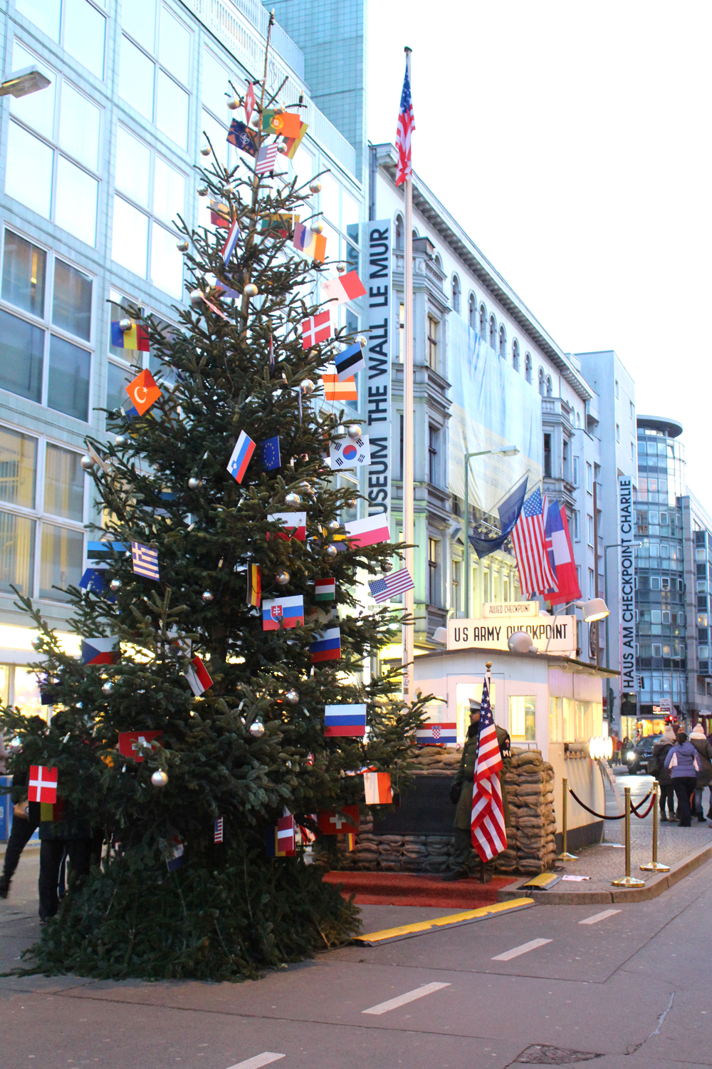 Christmas tree at the Berlin Wall - travel & lifestyle blog